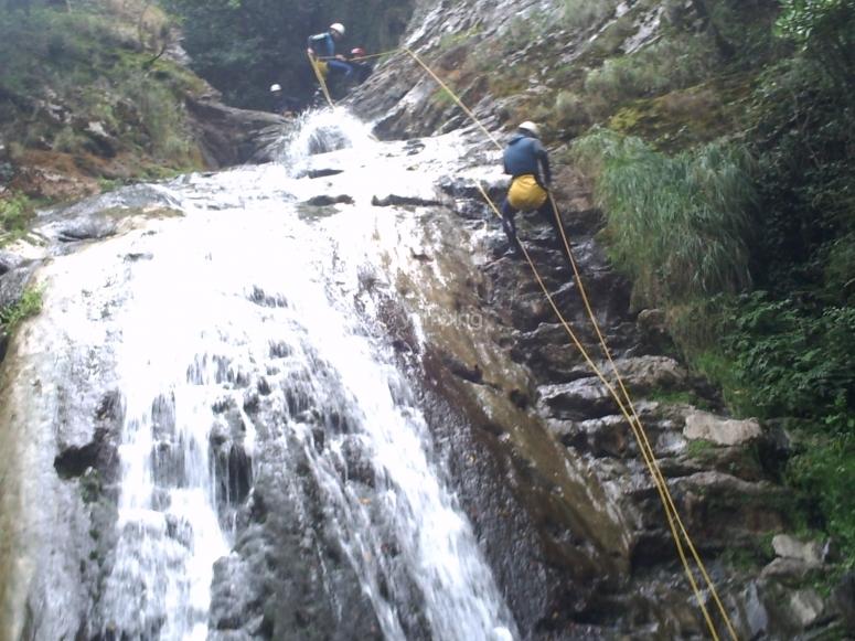 Bajando con cuerda junto a la cascada