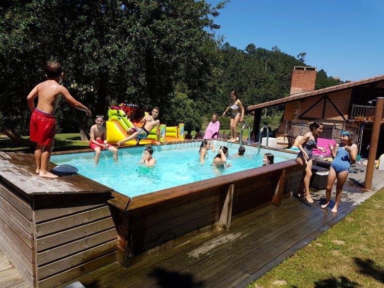 baño en la piscina del campamento