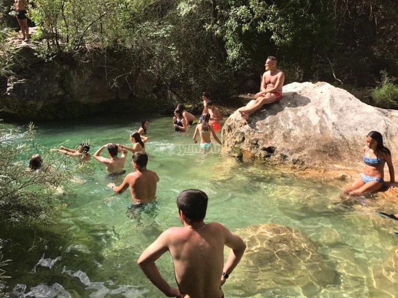 天然游泳池中的浴池