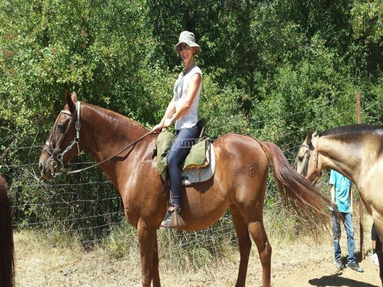 Montando a caballo en familia