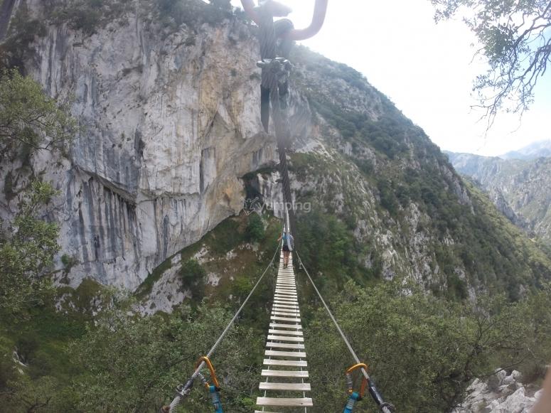 Atraviesa el puente colgante