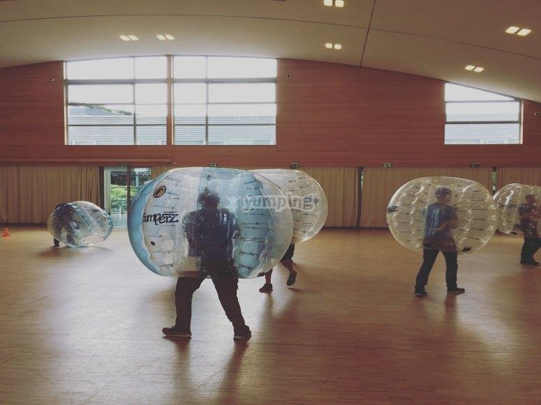 Partida de bubble soccer en interior