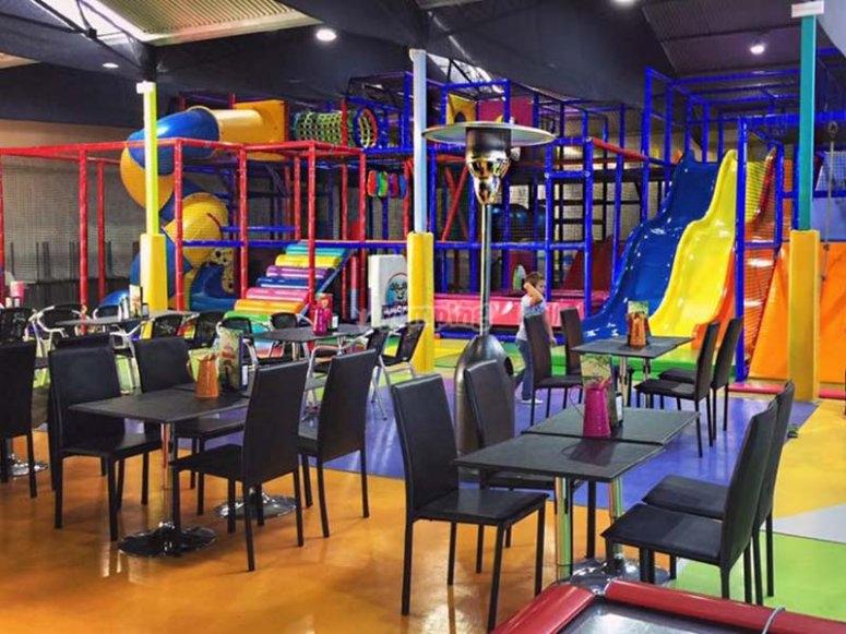 Zona de mesas para adultos