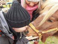 Joven dando cariño al caballo