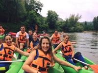 Grupo de canoas en el río