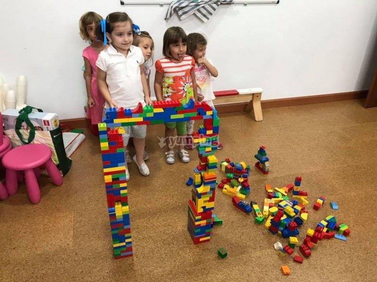 Peques giocando con Legos nel campo urbano di Merida