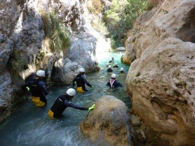 团队建设与皮划艇和峡谷在塞维利亚