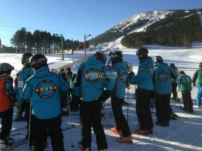 滑雪者在莱里达的比利牛斯山脉的滑雪教练