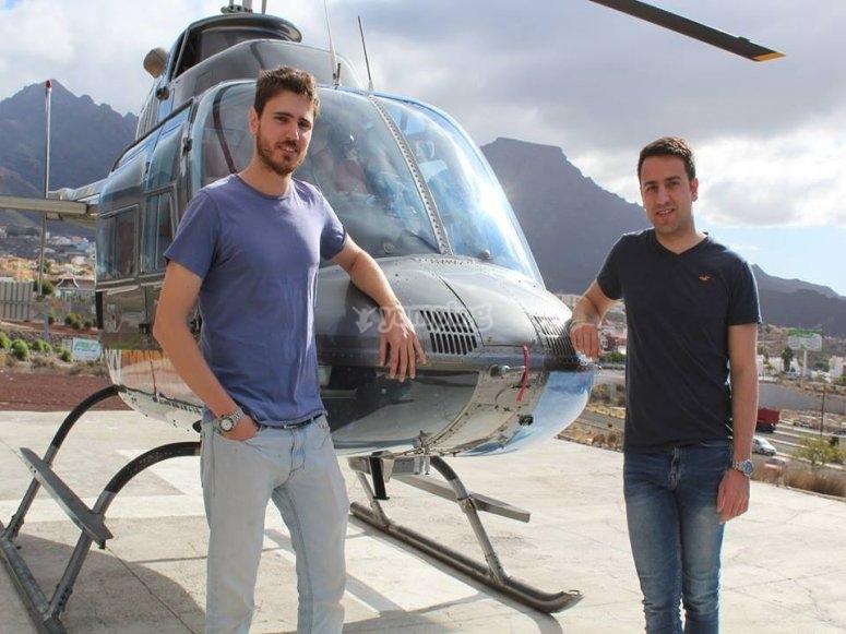 Apoyados en el helicoptero