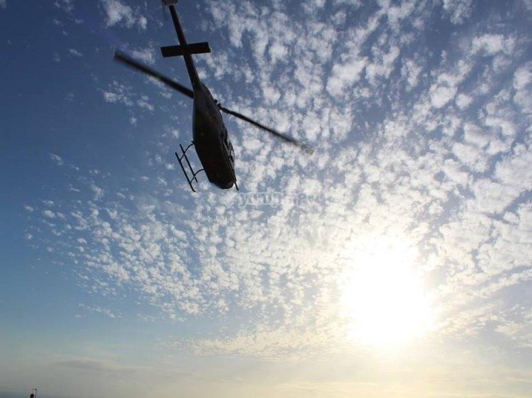 Helicoptero elevando el vuelo