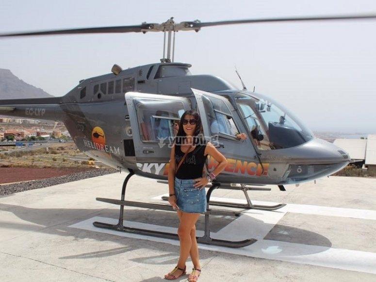 Junto al helicoptero en en el helipuerto