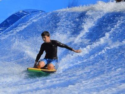 Hacer surf en ola artificial en Blanes 2 horas