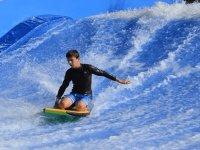 Surfeando en ola artificial