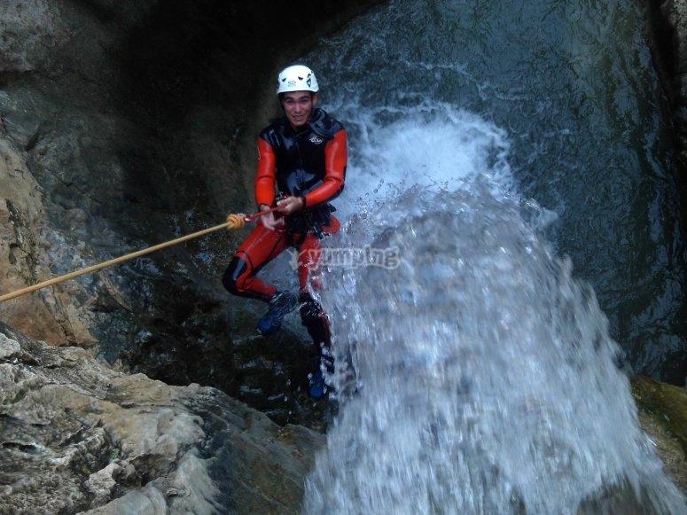 享受水上峡谷中希耶萨速降山沟