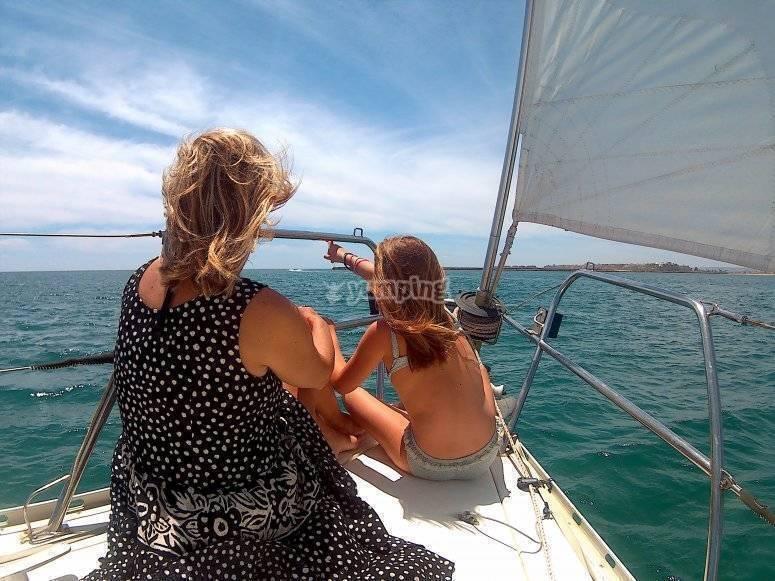 作为Huelva帆船上的一个家庭