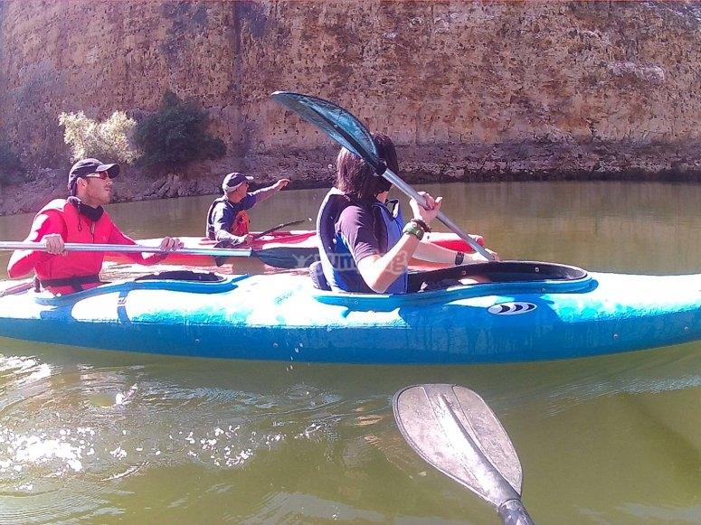 的航线在峡谷旁边划船