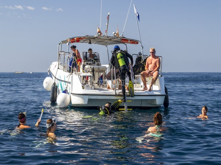 Divers anchoring