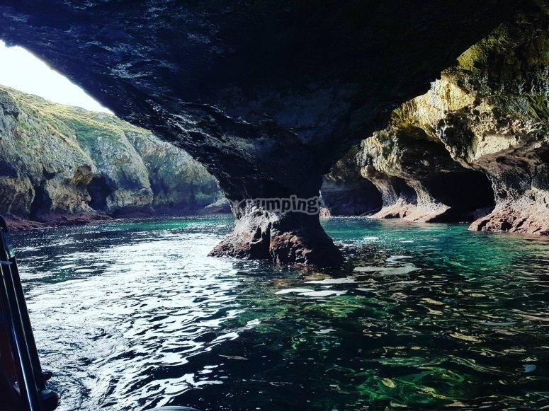 Viendo cuevas costeras