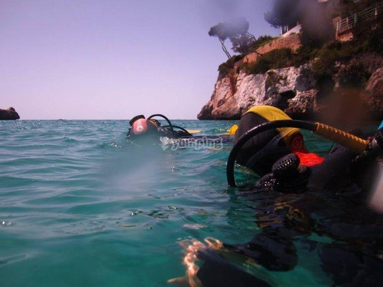 潜水教练和潜水学员潜水
