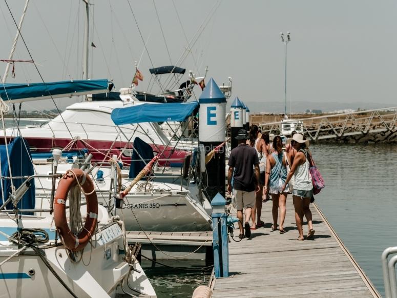 告别航行韦尔瓦着手在港口