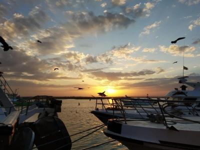 在一条风船的浪漫日落在Costa de la Luz