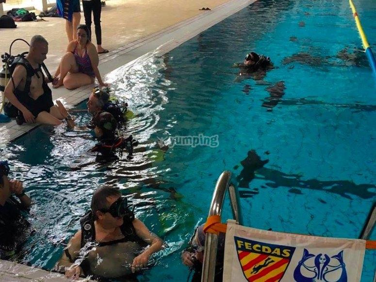 Buzos en la piscina