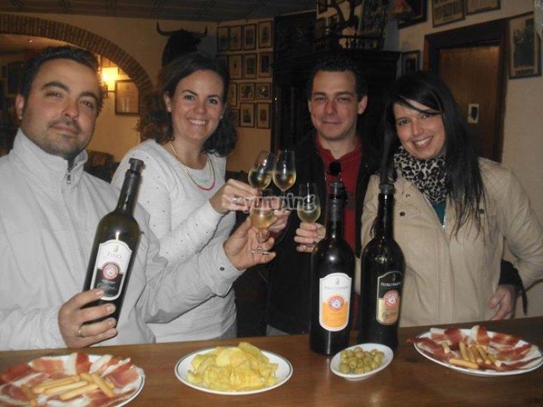 与朋友品尝葡萄酒