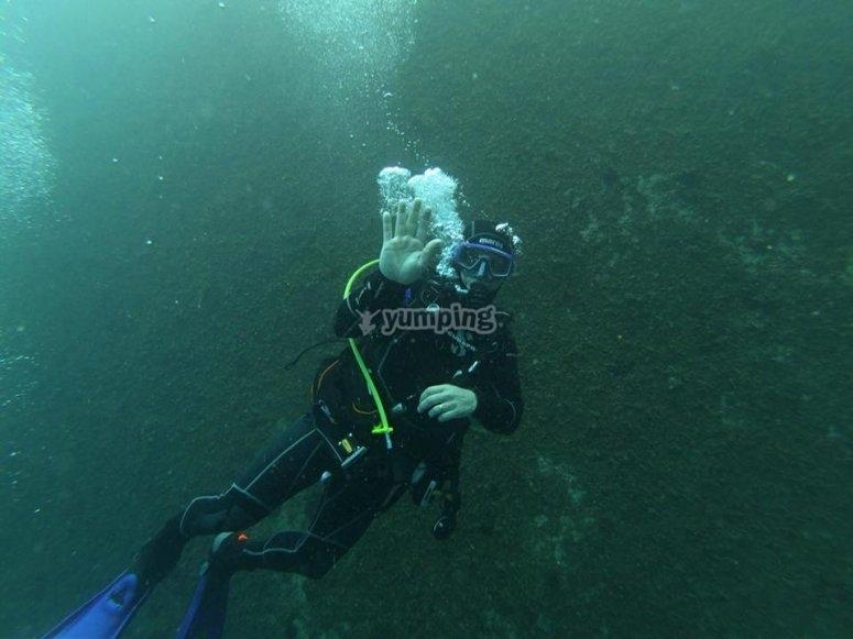 Saludando bajo el agua