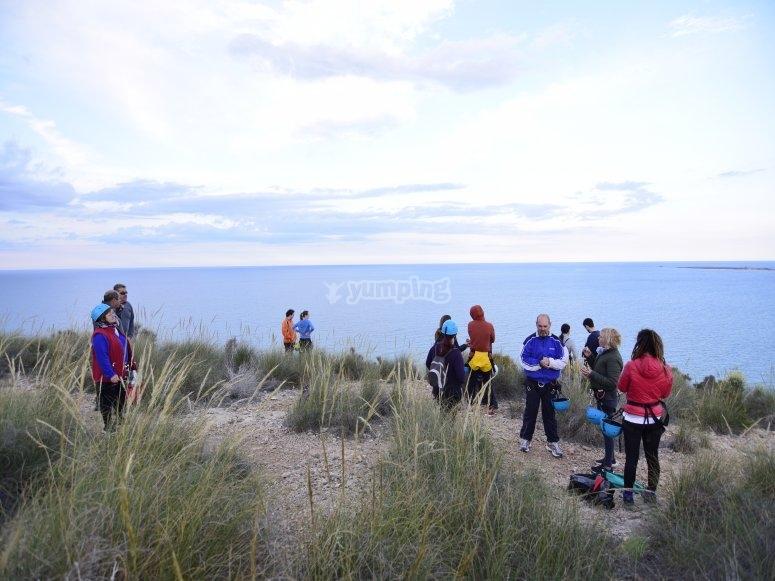 Grupo de rapel al lado del mar