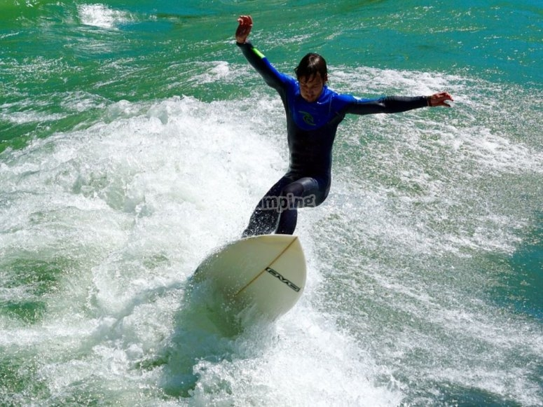 抬起冲浪板