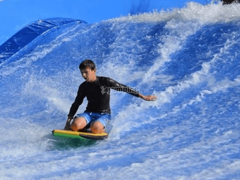 在人造波浪上冲浪