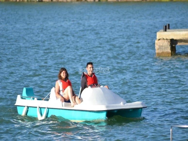 情侣脚踏船