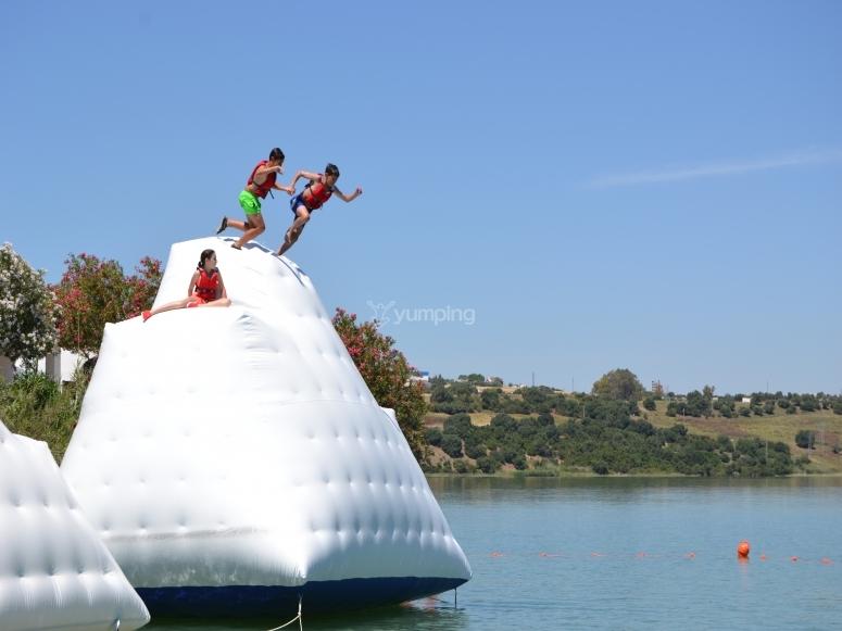 Salta al agua desde el rocodromo