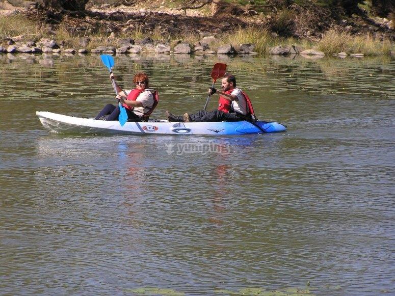 Practica deporte acuatico en pareja