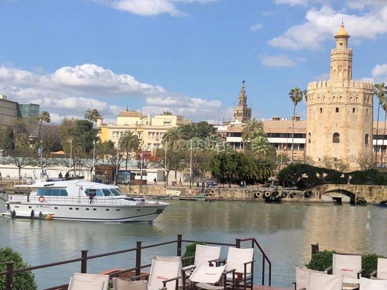 游艇旁边的Torre del Oro