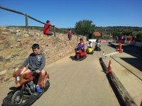 骑电动自行车的儿童