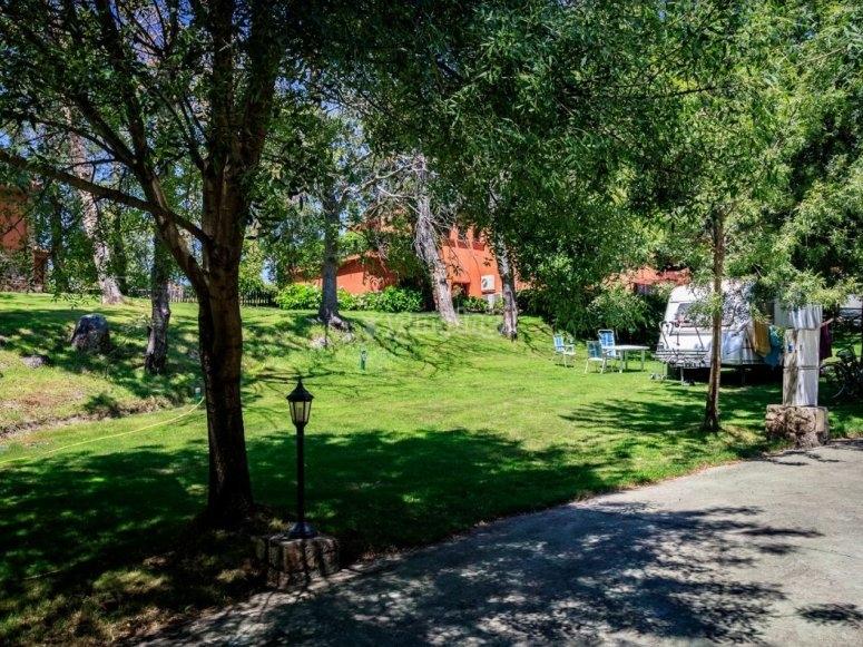 Jardines del camping en Valverde