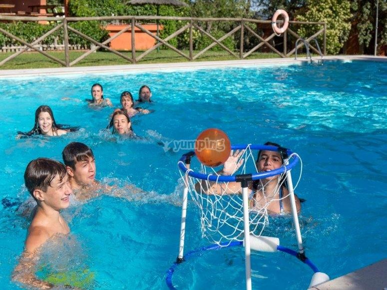 Jugando con el balon en la piscina