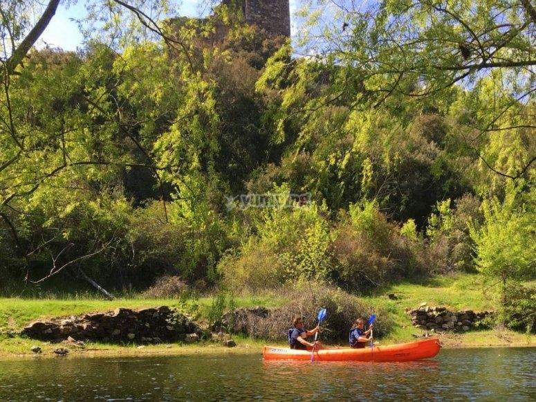 Canoa sulla riva del fiume