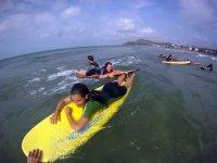 Clase de surf con los mas jovenes