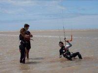 监视器从水中讲授风筝