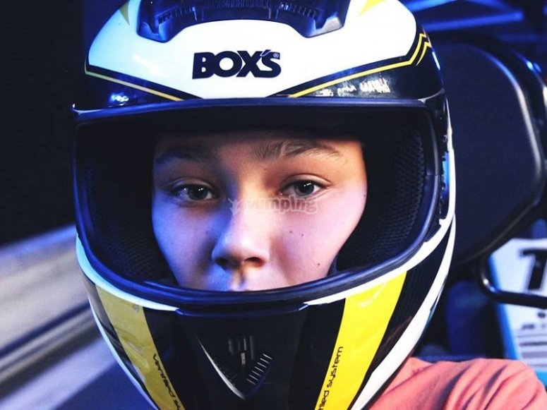 Joven piloto en karting