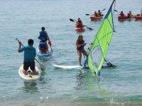 享受许多不同的活动与朋友帆船课程