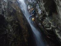 山沟瀑布的壮观下降