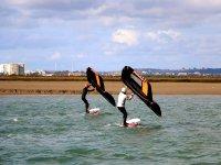 与同伴一起练习风筝冲浪