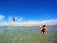 在加的斯海岸练习风筝冲浪