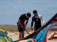 Preparando el kite desde la playa