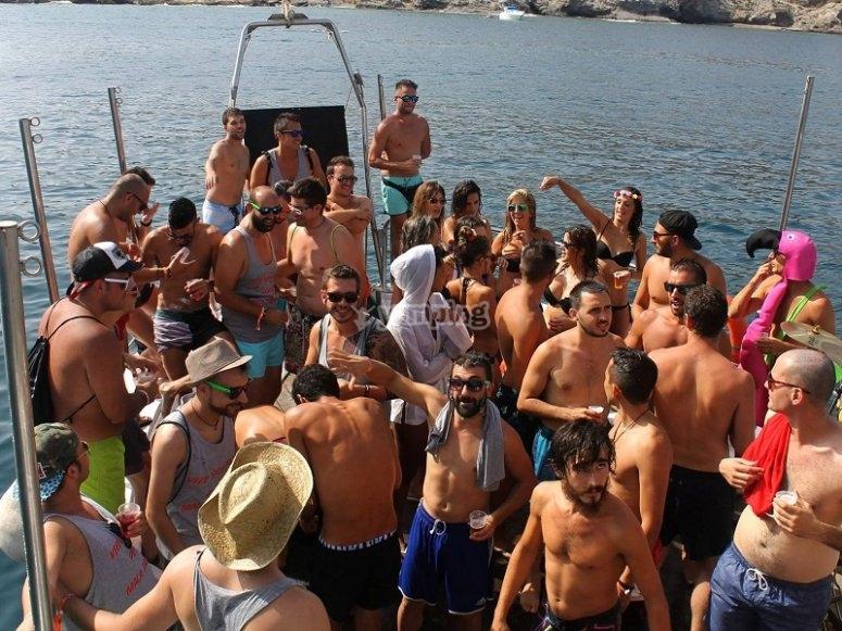 在船上跳舞