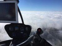 Helicoptero sobre las nubes