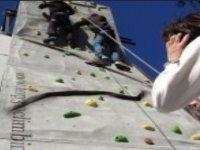 escalando en un rocodromo
